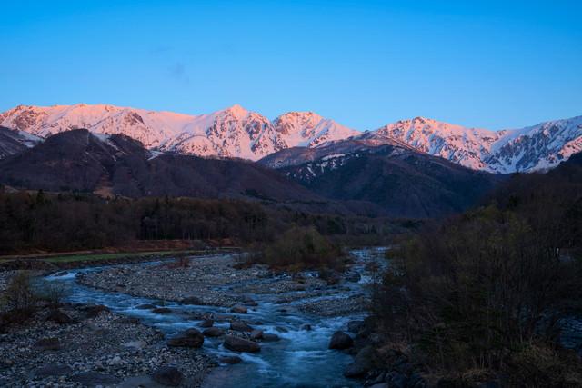 朝焼けに染まる白馬三山の写真