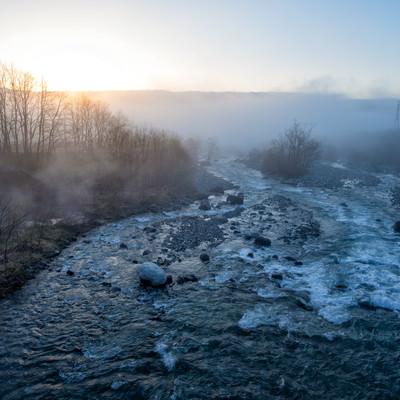 朝霧が立ち込める松川の写真