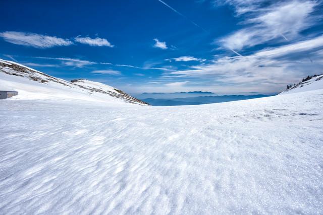雪原の先に見える八ヶ岳の美しさの写真