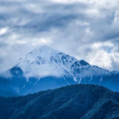 雲に隠れる前常念岳(長野県)の写真