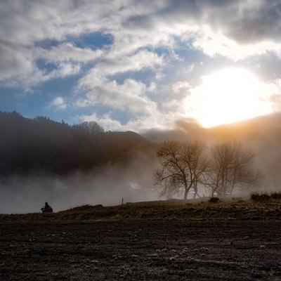 霧に包まれる野平の畑(長野県)の写真