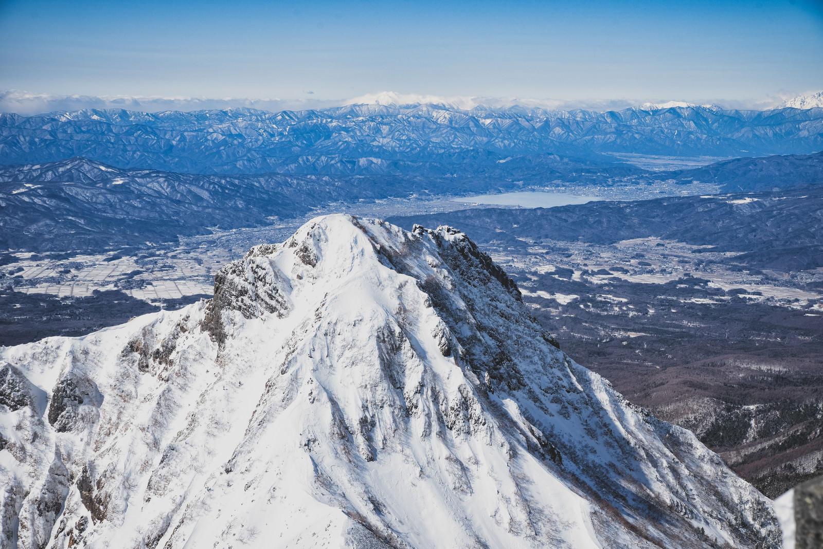「阿弥陀岳の遥か先に見る諏訪湖」の写真