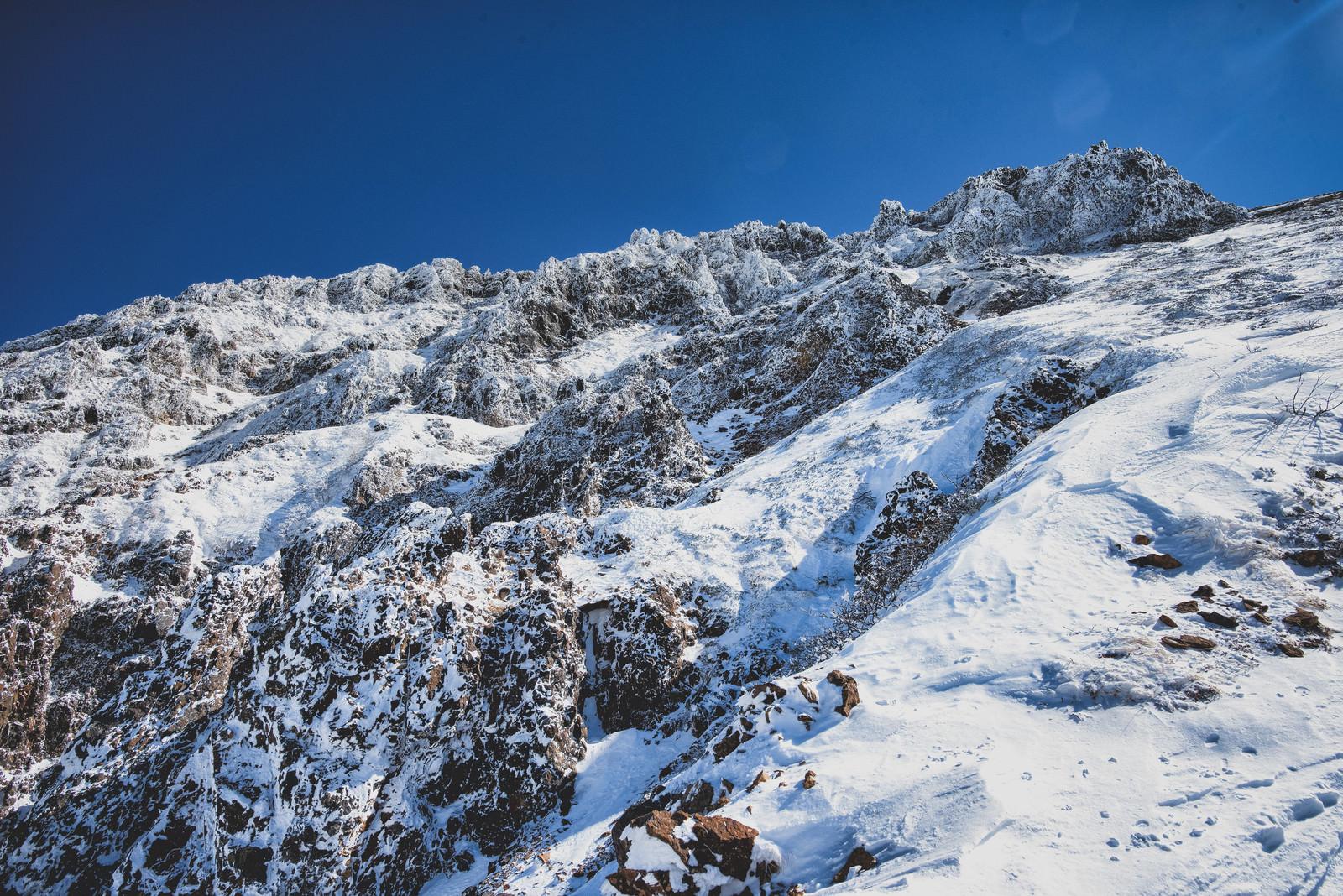 「山頂に立ちはだかる岩壁」の写真