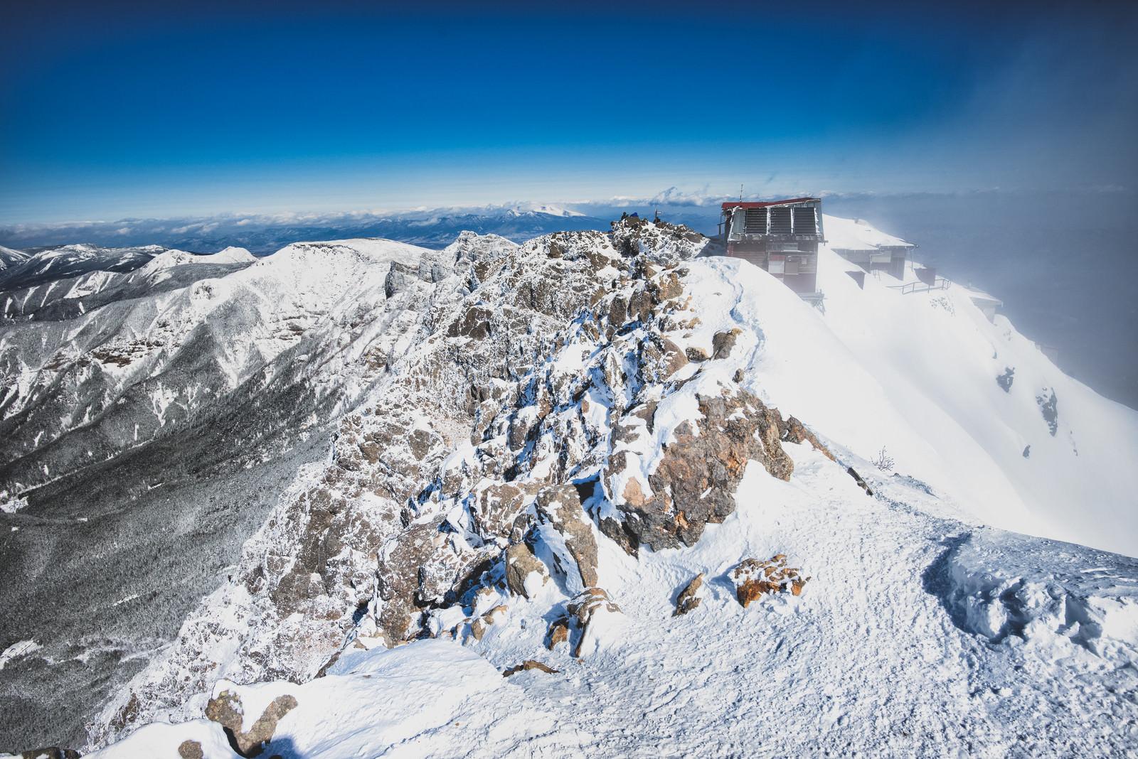 「赤岳の山頂と山小屋(八ヶ岳連峰)」の写真