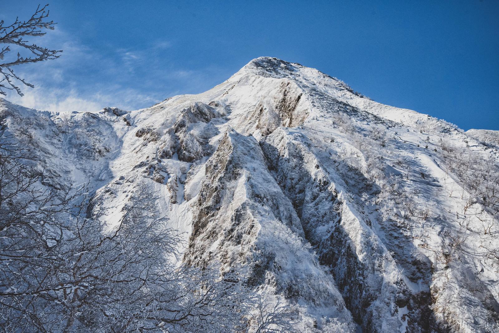 「中岳北面の岩壁に伸びる影」の写真