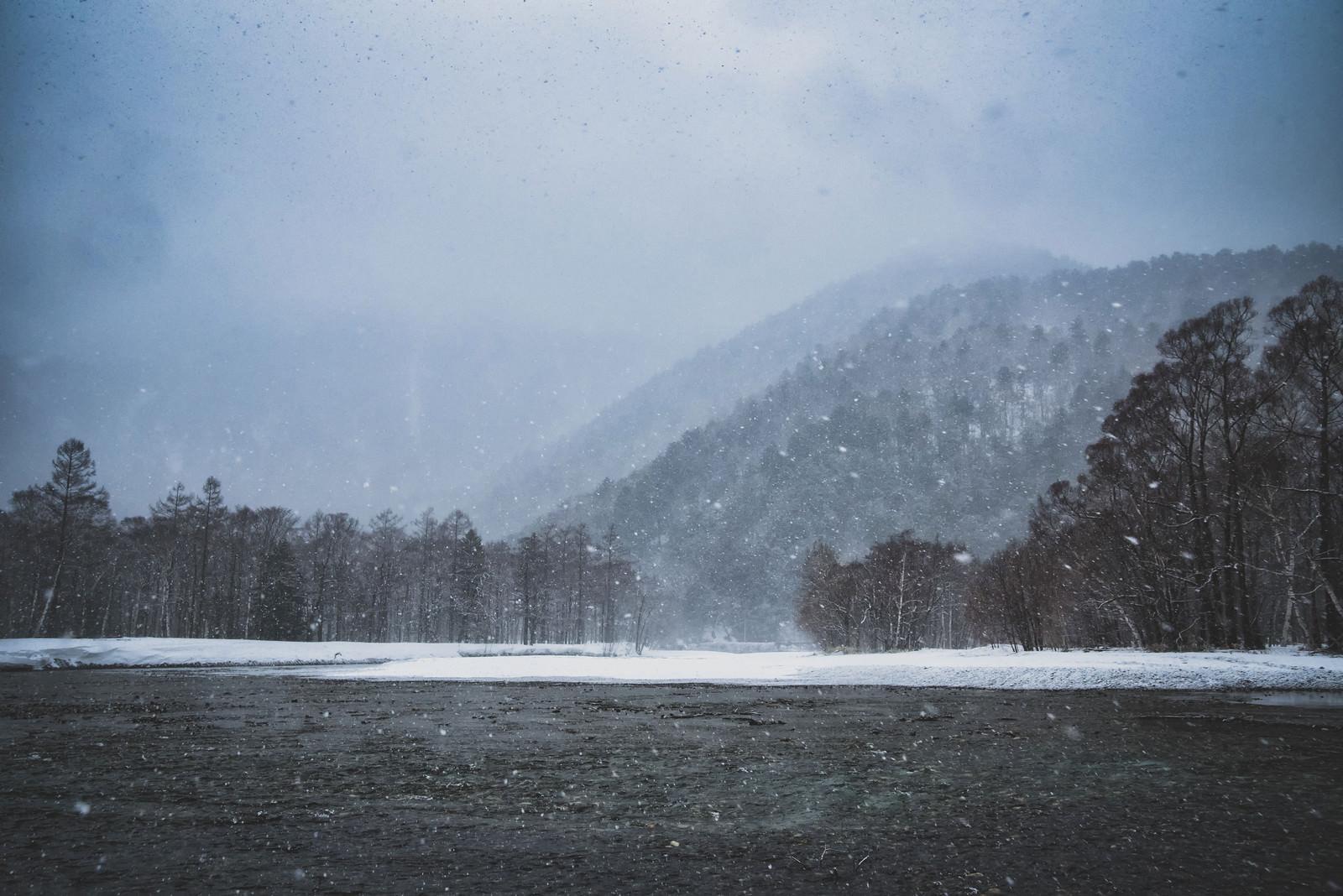 「吹雪く梓川(上高地)」の写真