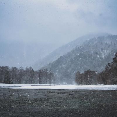 吹雪く梓川(上高地)の写真