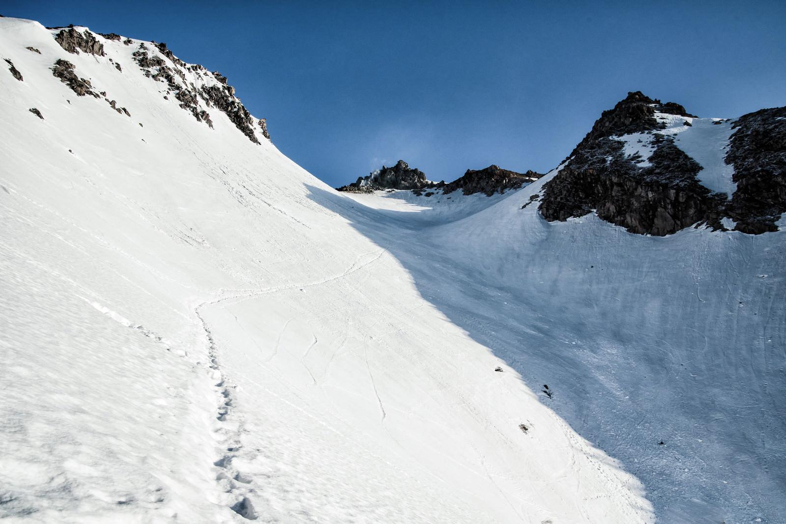 「焼岳山頂に続く足跡(北アルプス)」の写真