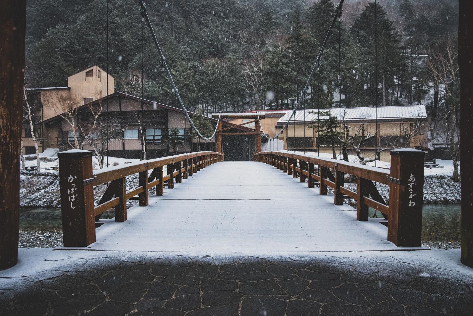 「雪の中の河童橋(長野県)」の写真