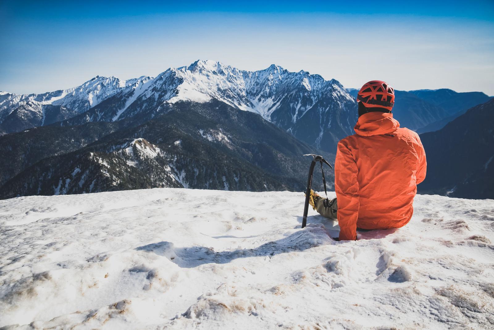 「穂高岳に思いを馳せる休憩中の登山者」の写真