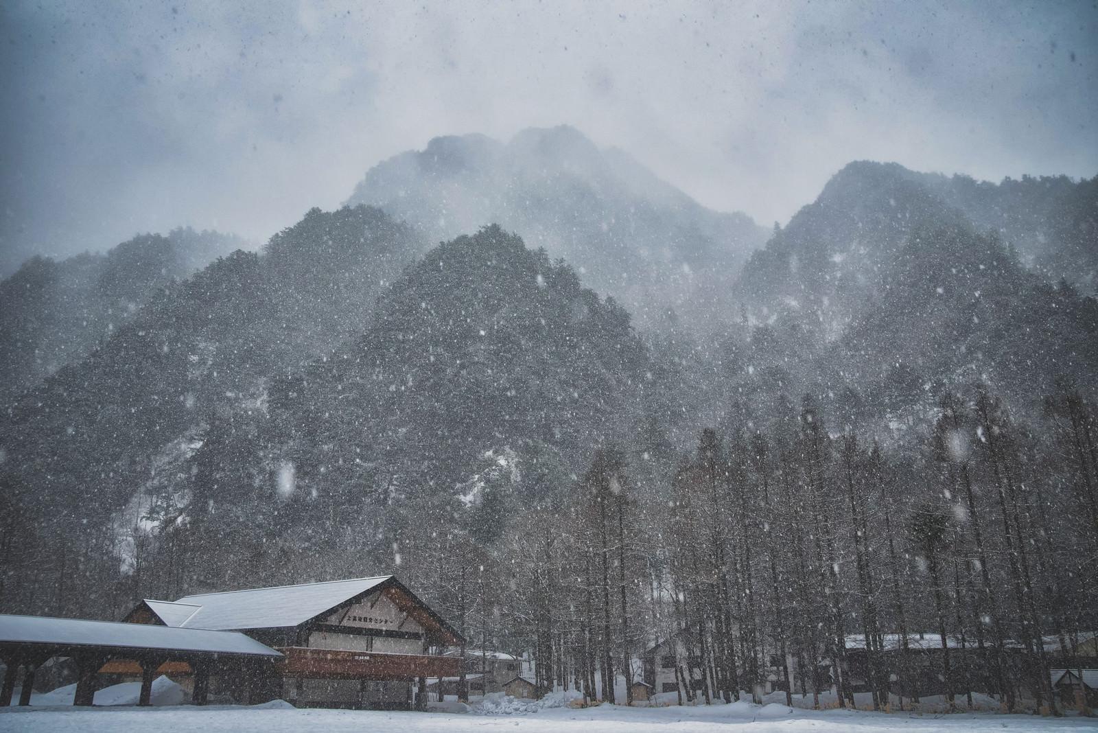 「吹雪で視界不良の上高地バスターミナル」の写真