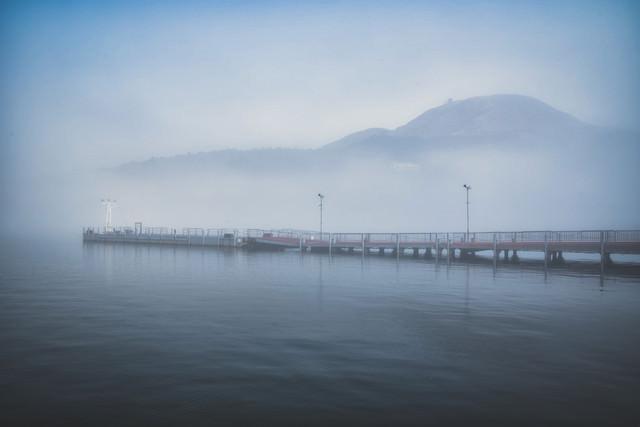 霧に包まれる芦ノ湖の元箱根港の写真