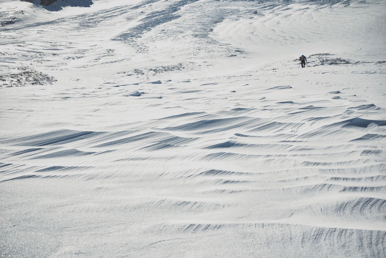 「とこまでも続くシュカブラと登山者」の写真