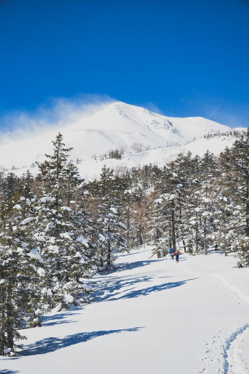 「乗鞍岳剣ヶ峰を目指す登山者」の写真