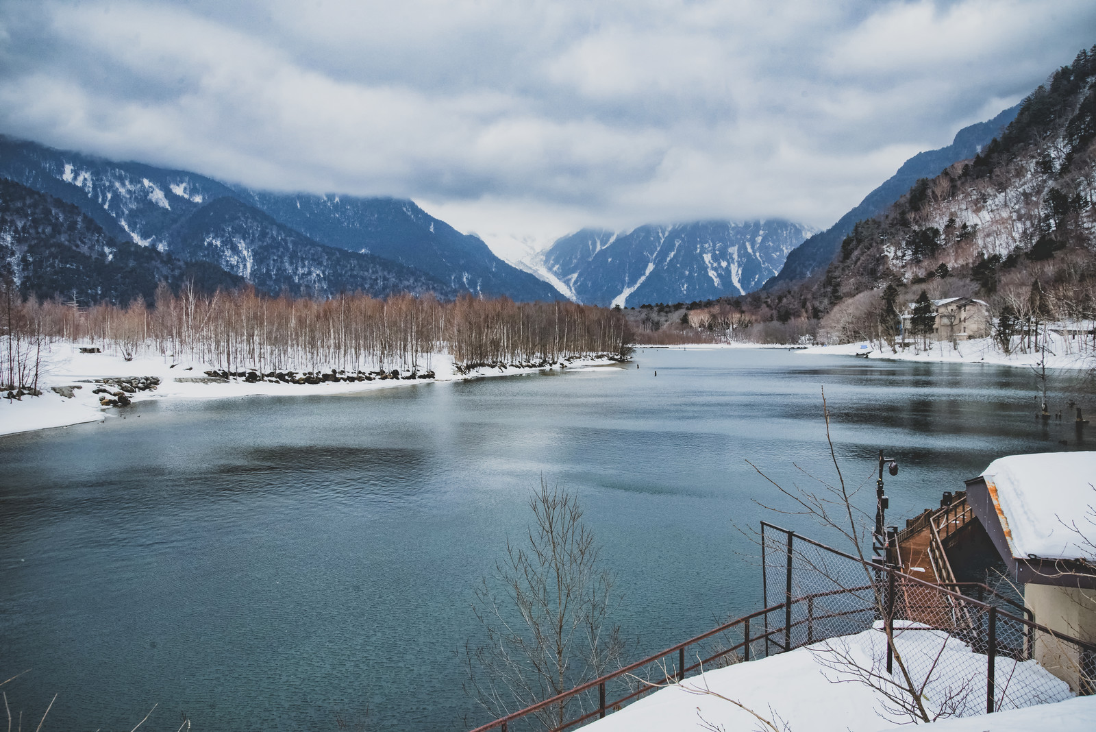 「悪天候の上高地と大正池」の写真
