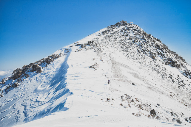 剣ヶ峰を目指す登山者の写真