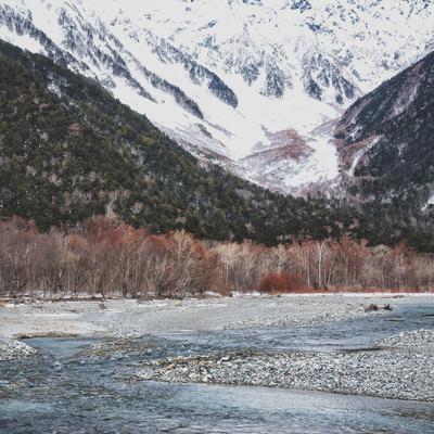 厳冬の上高地から見る穂高連峰へ続く梓川の写真