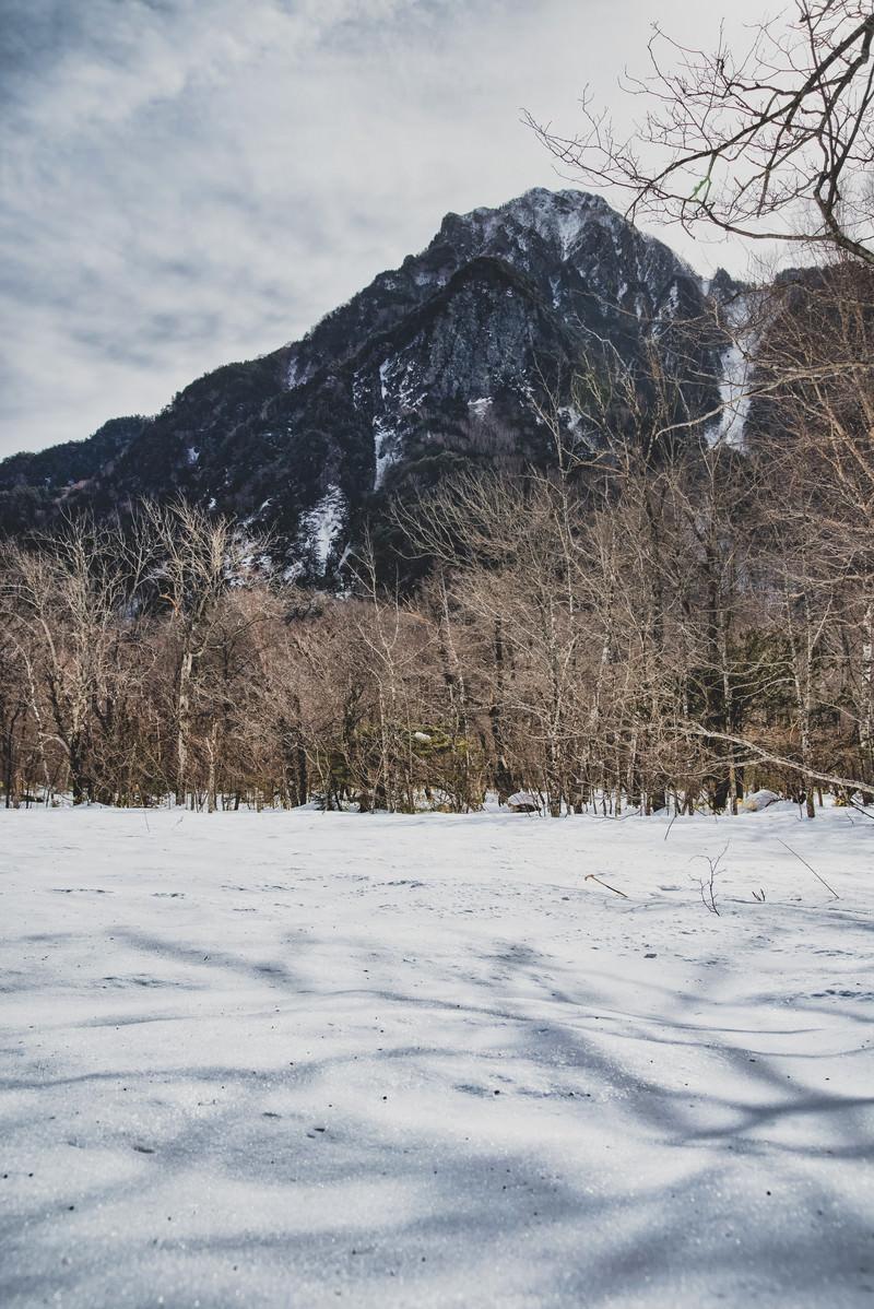 「雪原に伸びる影と六百山(ろっぴゃくざん)」の写真