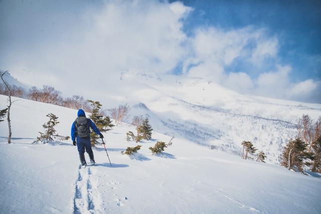 乗鞍高原を見渡す登山者(北アルプス)の写真