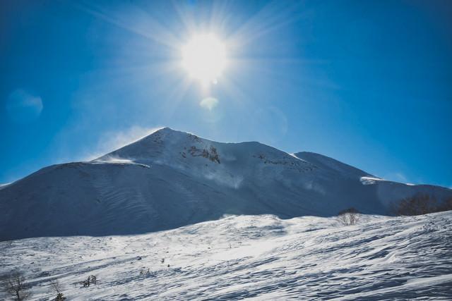 西日の太陽と剣ヶ峰の写真