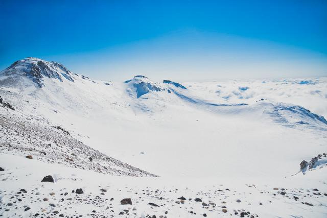 雪で覆われた権現池の写真