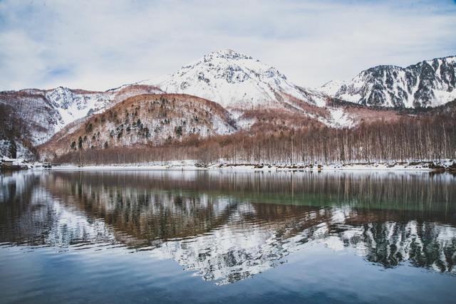 大正池に映る焼岳(飛騨山脈)の写真