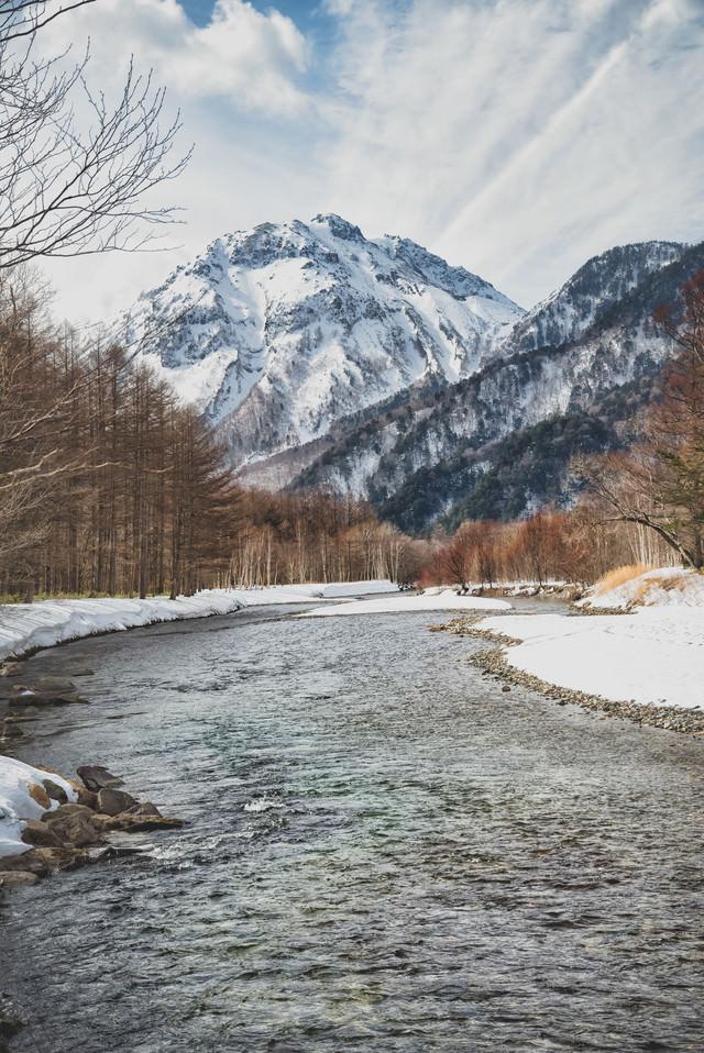 冬の梓川から望む焼岳(飛騨山脈)の写真