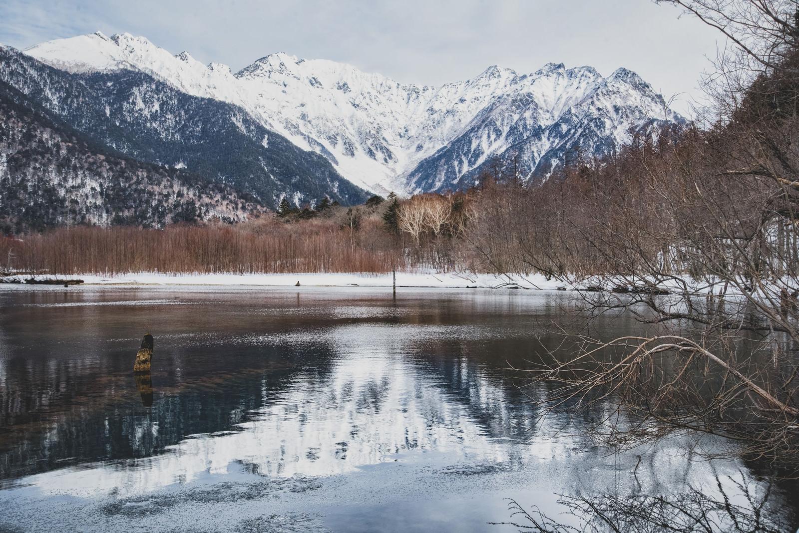 「水面に反射した穂高連邦と大正池(上高地)」の写真
