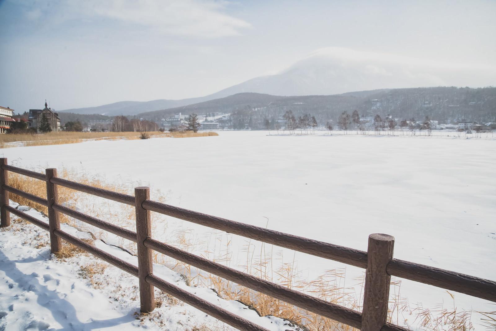 「冬の白樺湖畔の遊歩道から見た景色」の写真