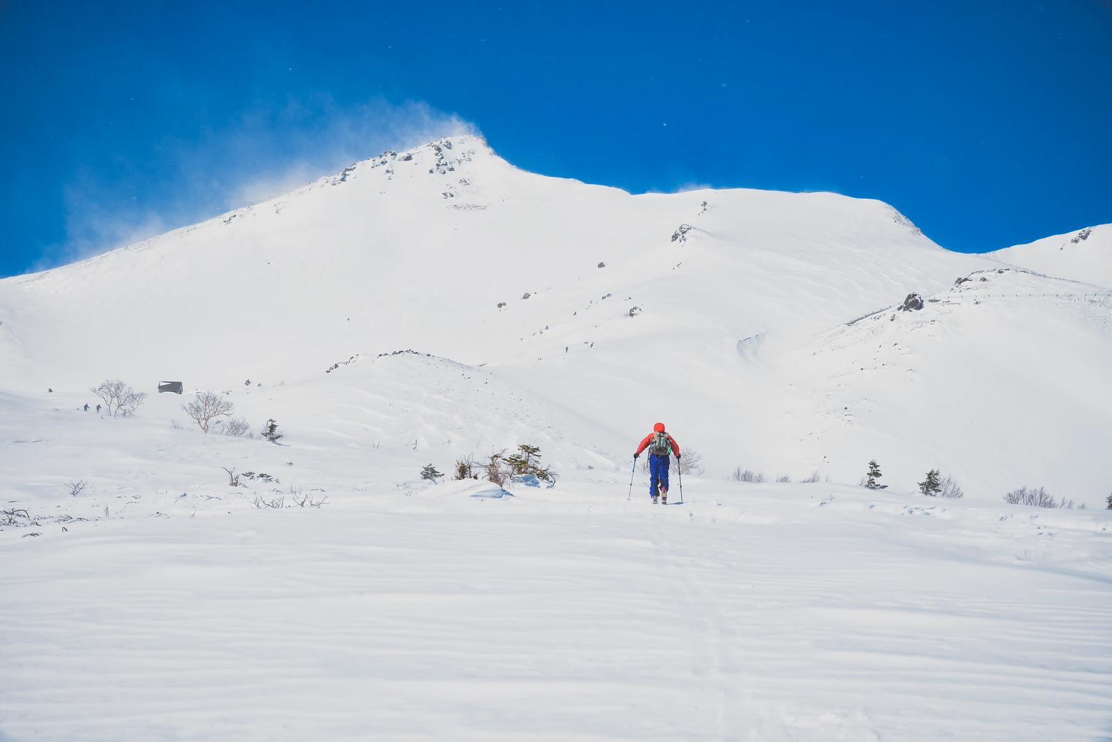 「摩利支天岳(乗鞍)に向かうバックカントリースキーヤー」の写真