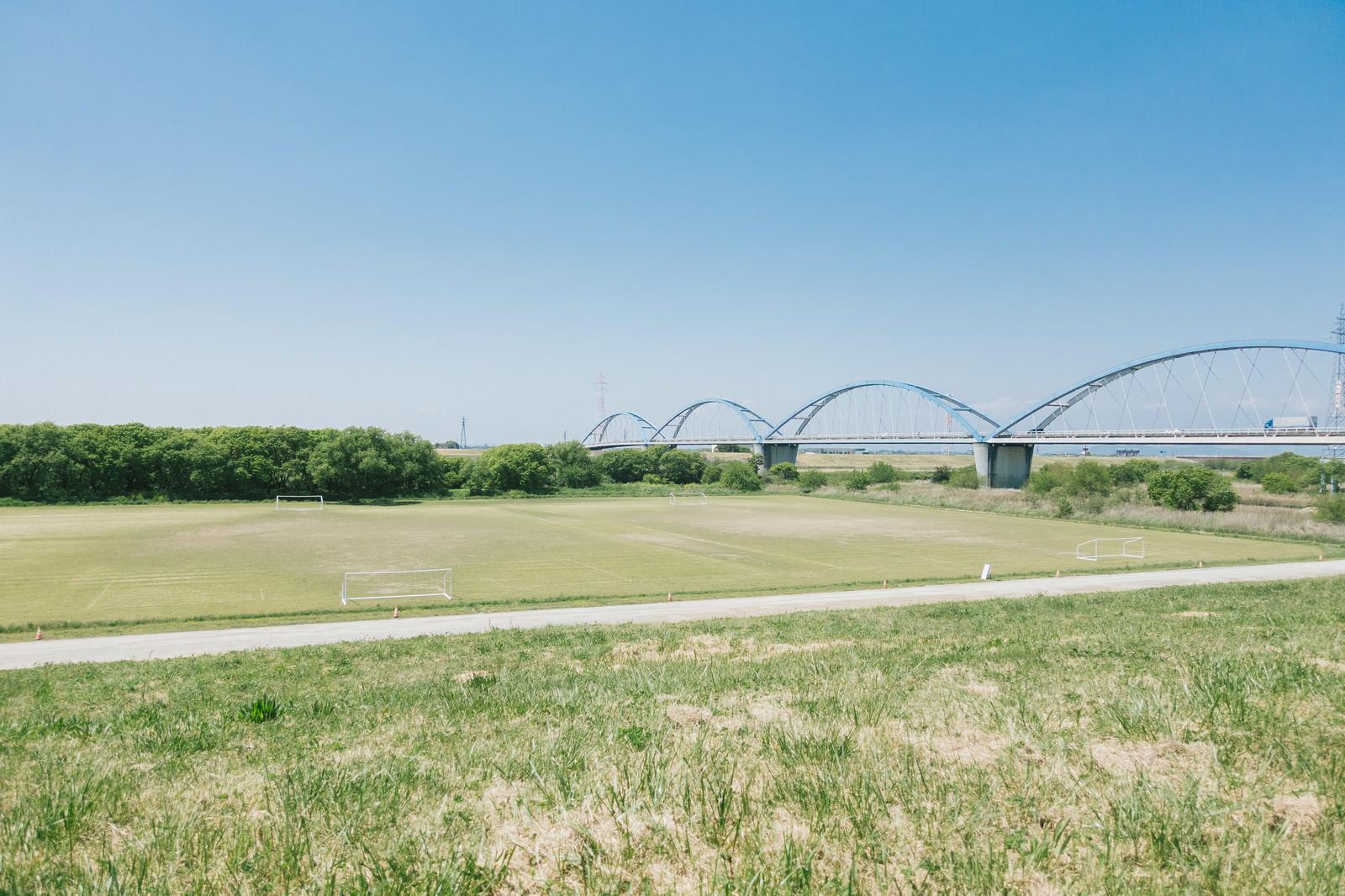 「渡良瀬川の河川敷(サッカー場)」の写真