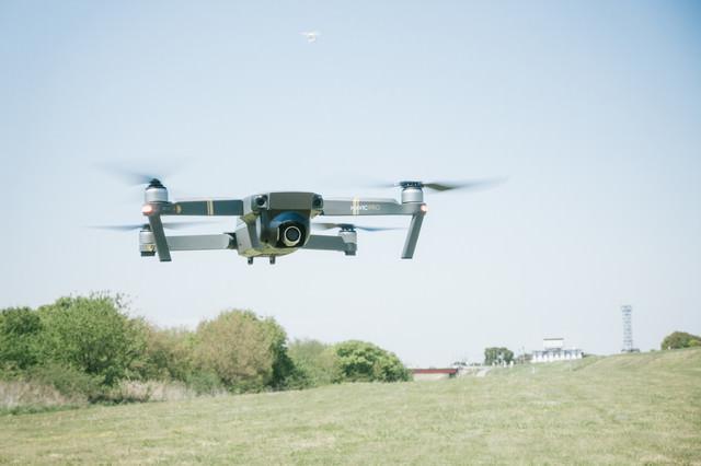 草原でマルチコプター(ドローン)を練習の写真