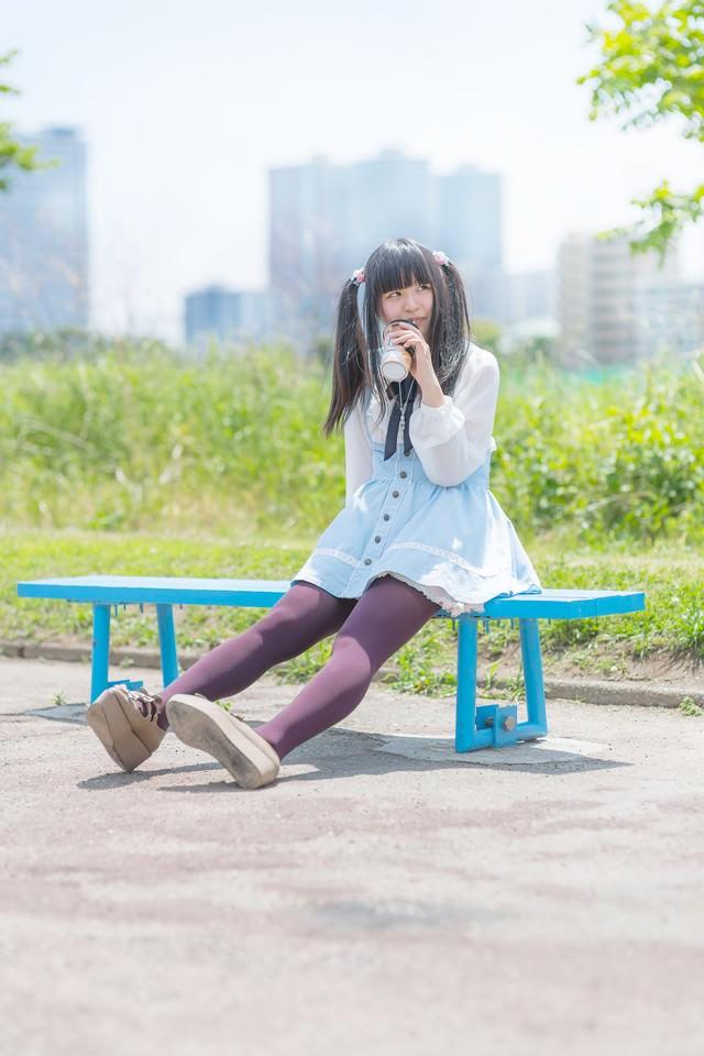 ベンチで休憩中の女の子の写真