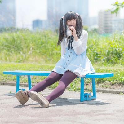「ベンチで休憩中の女の子」の写真素材