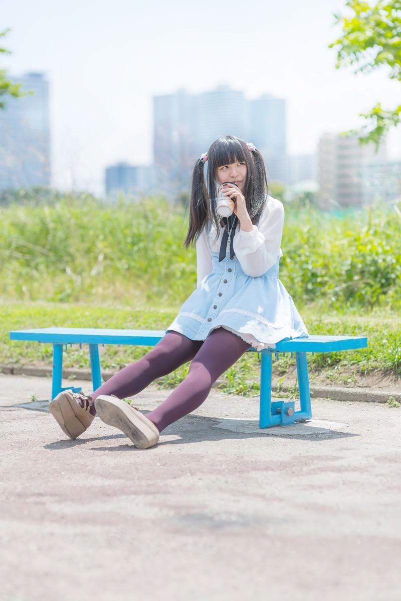 「ベンチで休憩中の女の子ベンチで休憩中の女の子」[モデル:こころ]のフリー写真素材を拡大