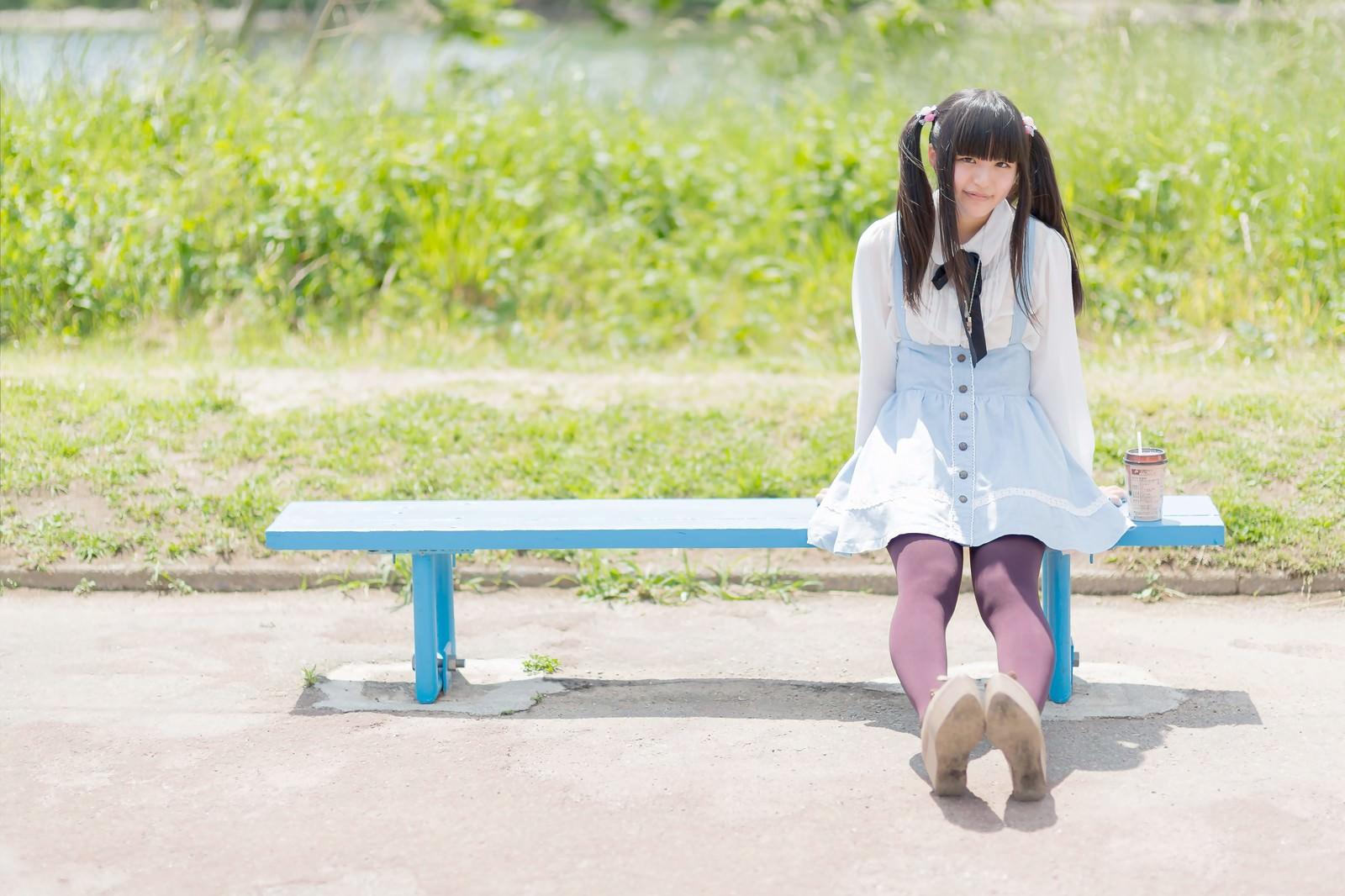 「ベンチに座るツインテールの女の子」の写真[モデル:こころ]