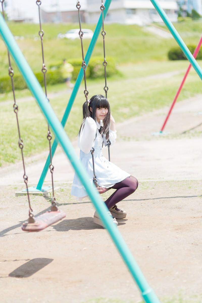 「ブランコに座ったツインテールの女の子ブランコに座ったツインテールの女の子」[モデル:こころ]のフリー写真素材を拡大