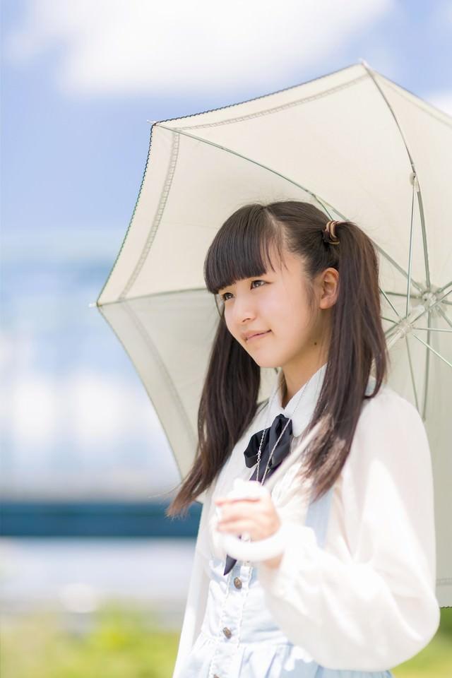 日傘をさすツインテールの女の子の写真