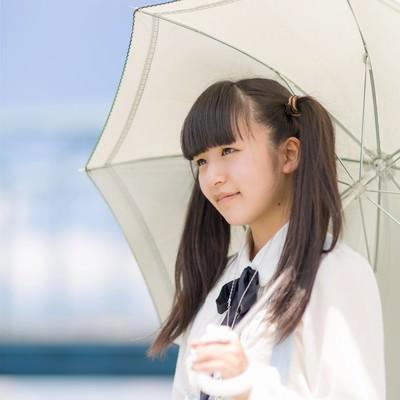 「日傘をさすツインテールの女の子」の写真素材
