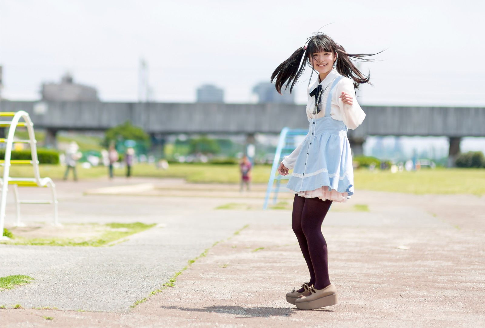 「公園で振り返るツインテールの女の子」の写真[モデル:こころ]