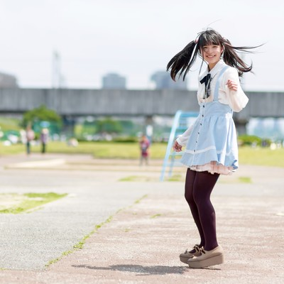 「公園で振り返るツインテールの女の子」の写真素材