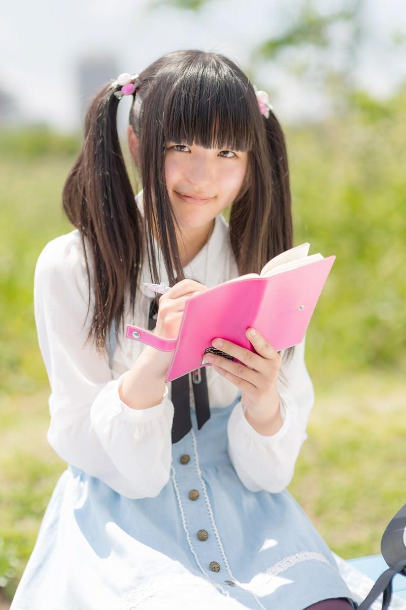 「手帳に書き込むツインテールの女の子手帳に書き込むツインテールの女の子」[モデル:こころ]のフリー写真素材を拡大