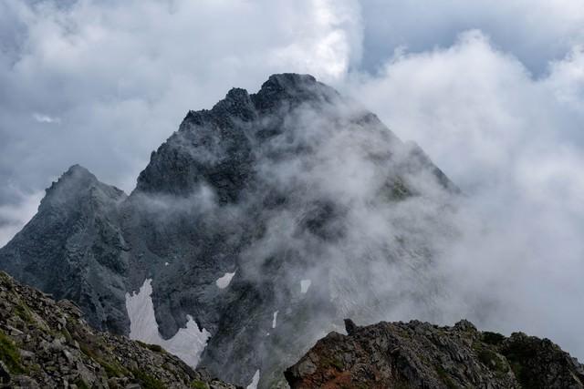 朝靄の中から姿を見せた前穂高岳の写真