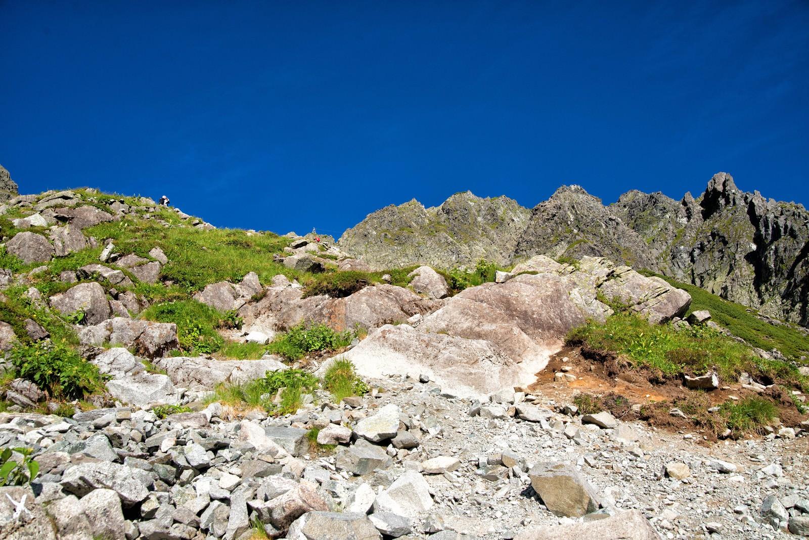 「ザイテングラードの登山道にある岩肌」の写真