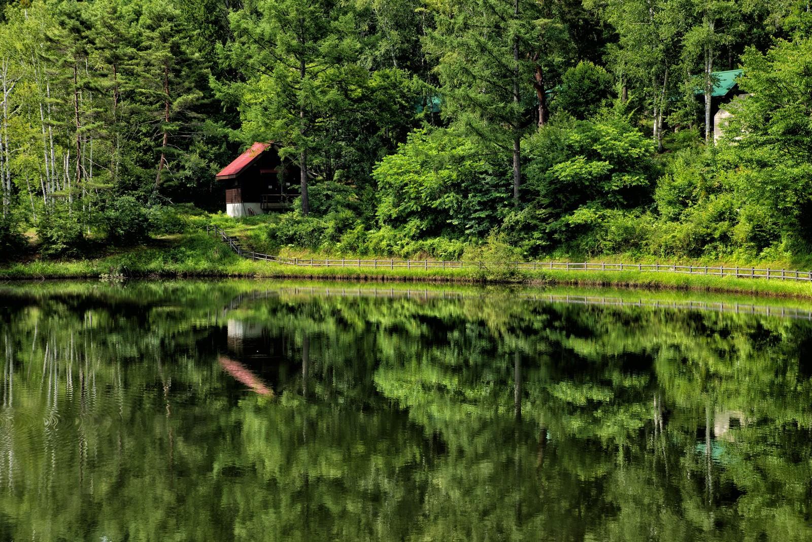 「タカソメキャンプ場のロッジが水面に写る風景」の写真