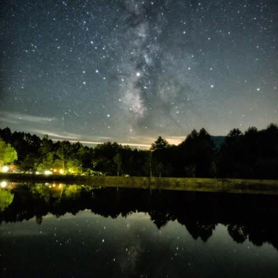 タカソメキャンプ場の釣池に映る天の川の写真