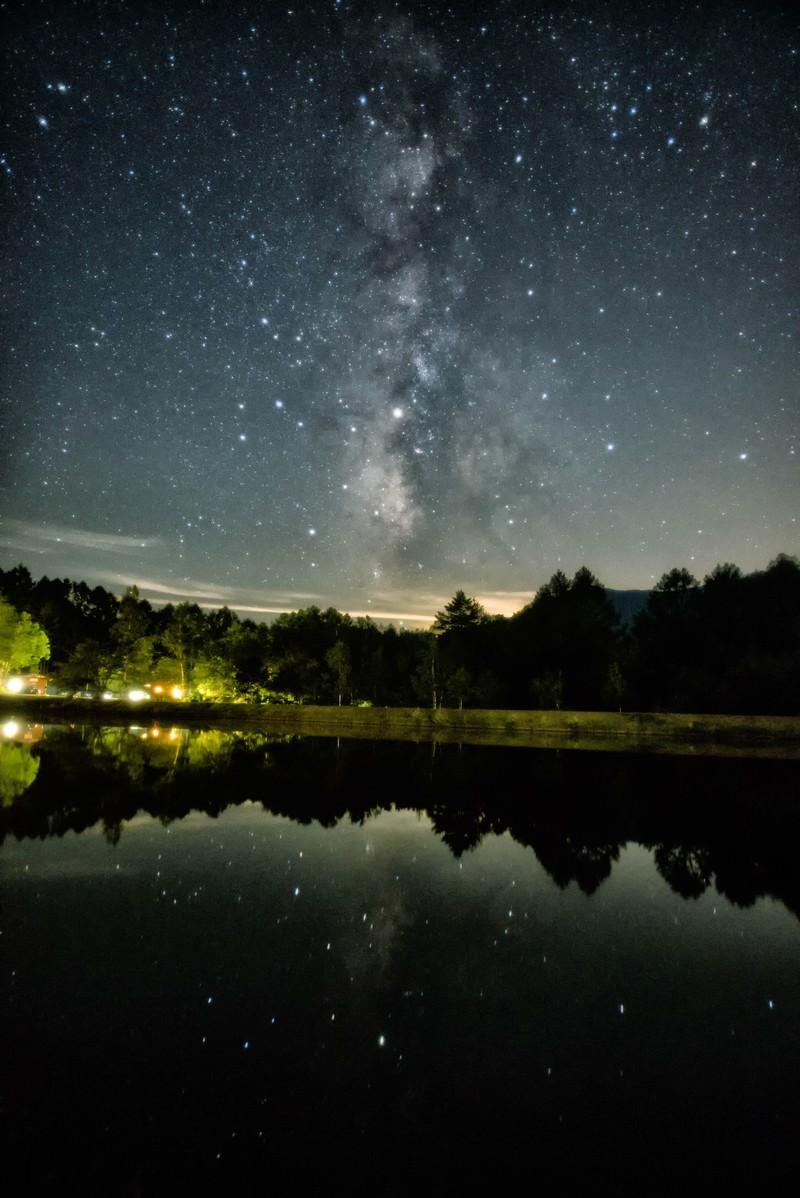 「タカソメキャンプ場の釣池に映る天の川」の写真