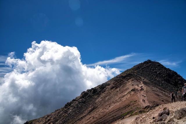 乗鞍剣ヶ峰の登山道に沸く積雲の写真