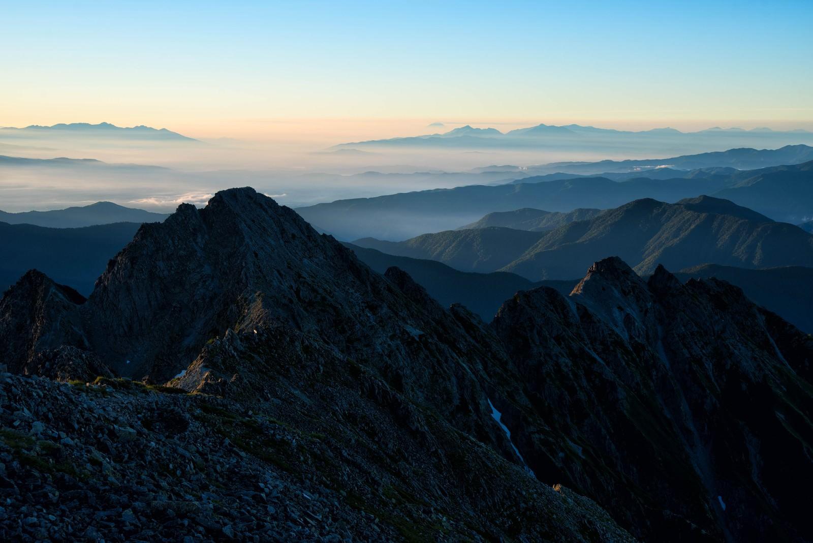 「前穂高岳から広がる南アルプス」の写真