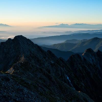 前穂高岳から広がる南アルプスの写真